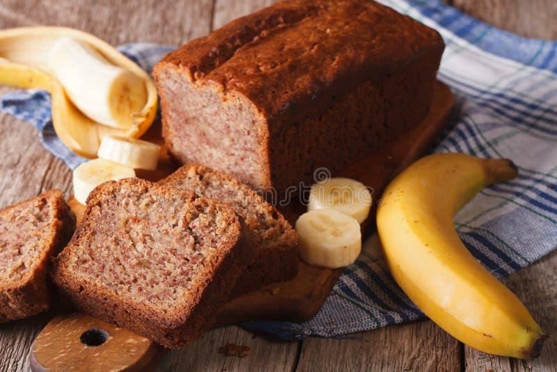 Het verse eigengemaakte close-up van het banaanbrood op de lijst horizontaal royalty-vrije stock fotografie