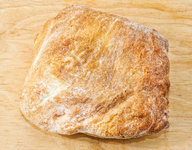 Het verse gebakken close-up van het ciabatta Italiaanse brood op houten raad Hoogste mening royalty-vrije stock foto's