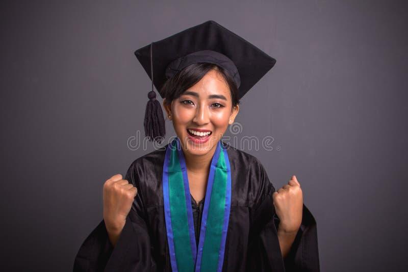 Het verse gediplomeerde studentenmeisje voelt energiek, close-upschot stock foto's