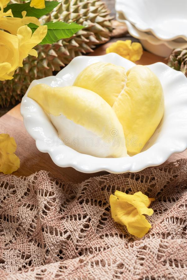 Het verse gele durian fruit in een kom en verfraait met bloemen Zoet Dessertconcept royalty-vrije stock foto's
