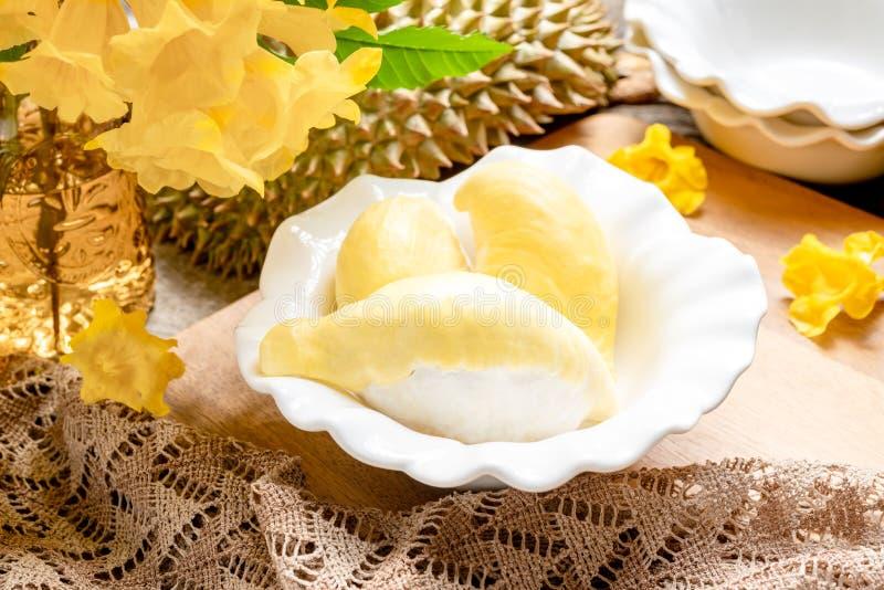 Het verse gele durian fruit in een kom en verfraait met bloemen Zoet Dessertconcept stock afbeeldingen