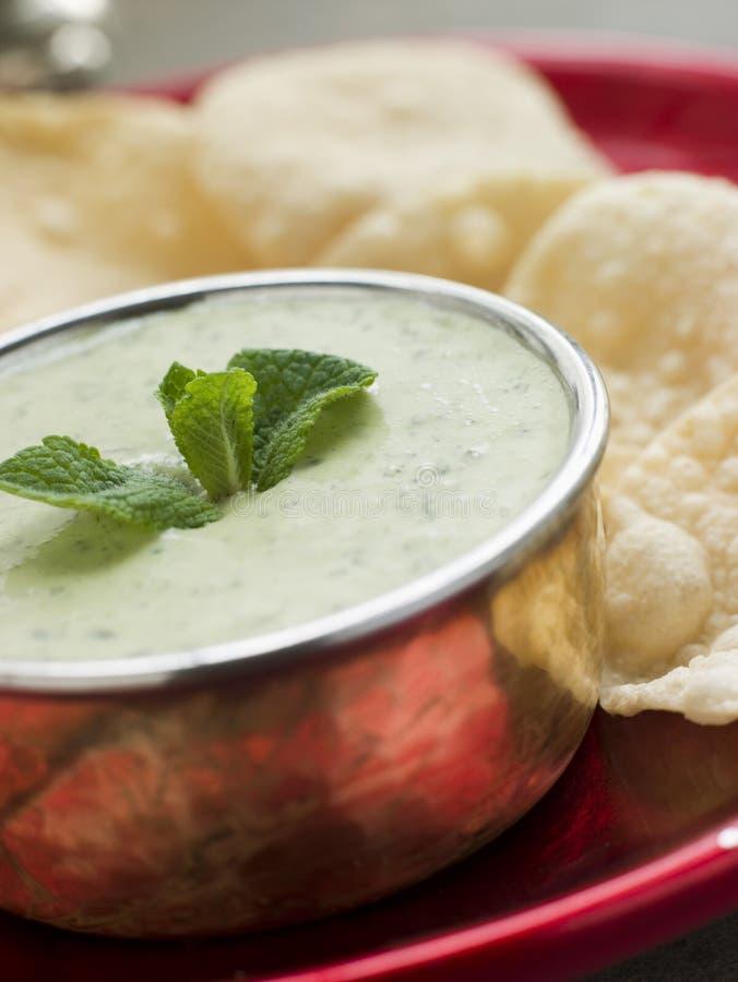 Het verse Groene Chutney van de Yoghurt met miniPapadoms royalty-vrije stock afbeelding