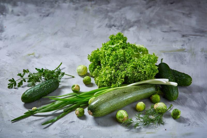 Het verse groentenstilleven over witte geweven achtergrond, vlak close-up, legt royalty-vrije stock afbeelding