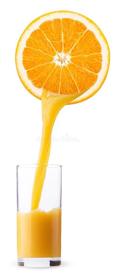 Het verse jus d'orange gieten in een glas van de helft van oranje fruit stock foto's