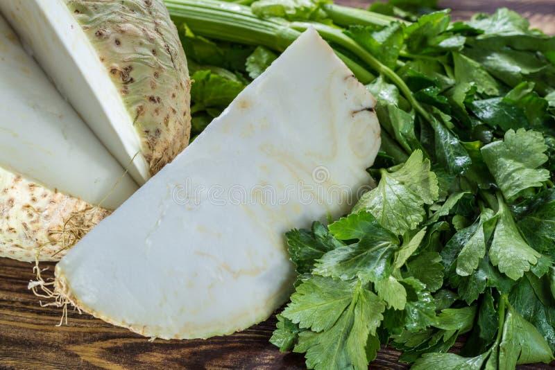 Het verse ruwe hoofd van de knolselderwortel en selderie groene kernachtige petiole, ing royalty-vrije stock foto's