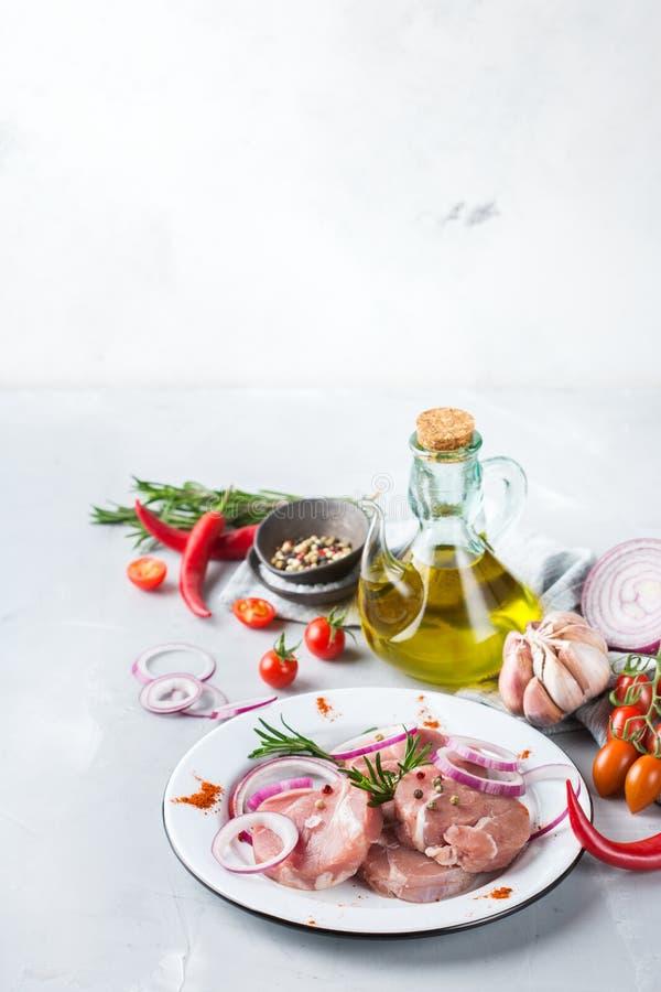 Het verse ruwe organische varkensvlees van het landbouwersvlees klaar voor het koken royalty-vrije stock foto's