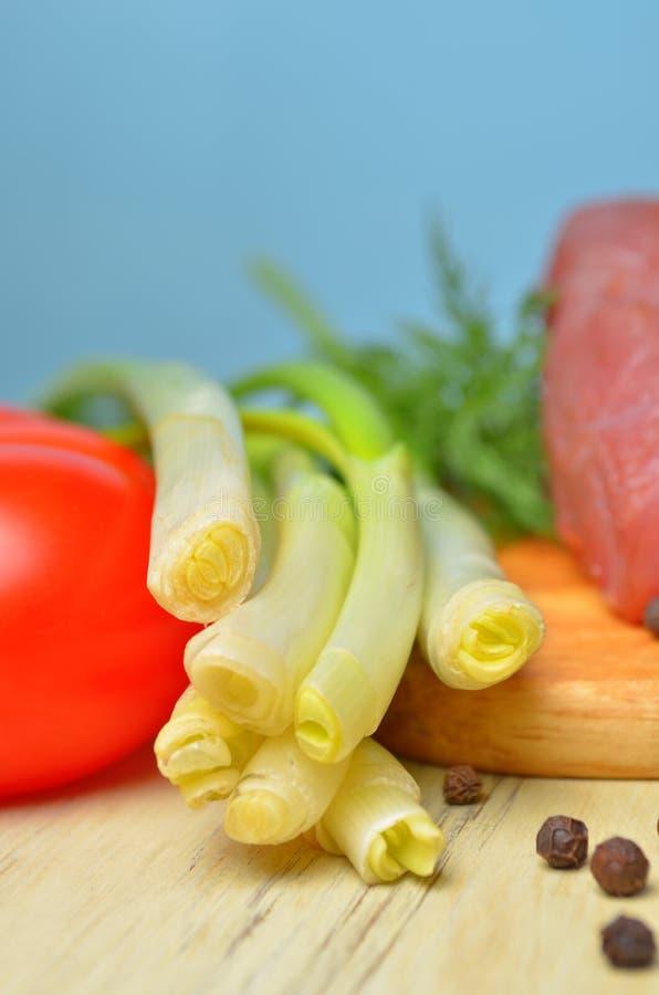 Het verse ruwe stuk van vlees ligt op het keukenbord royalty-vrije stock foto's