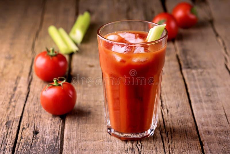 Het verse Smakelijke Sap van de Tomatenselderie in Glas Verse Tomaten en Groene Selderie op de Oude Houten Horizontale Drank Acht stock afbeelding