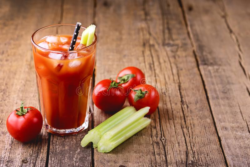 Het verse Smakelijke Sap van de Tomatenselderie in Glas Verse Tomaten en Groene Selderie op de Oude Houten Horizontale Drank Acht stock foto's