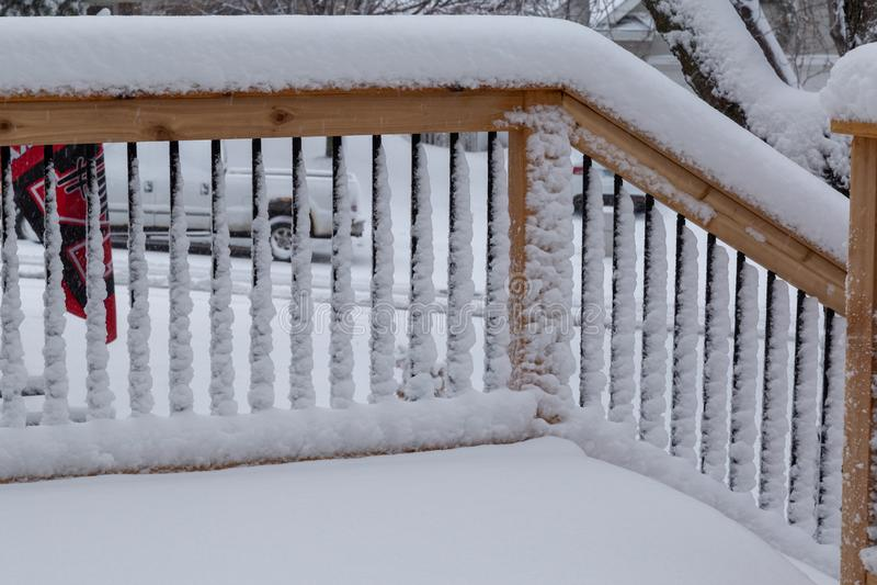 Het verse traliewerk van de sneeuwdeklaag op een dek en tredegeval stock afbeeldingen