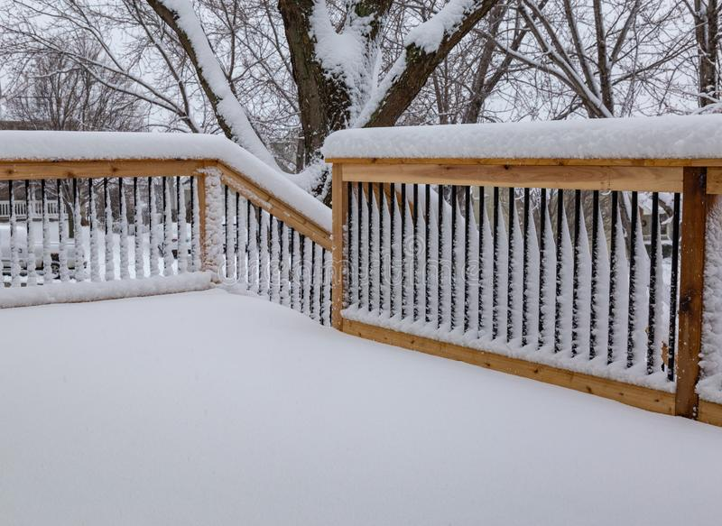 Het verse traliewerk van de sneeuwdeklaag op een dek en tredegeval stock fotografie
