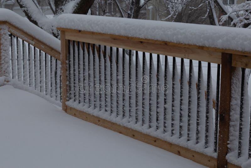 Het verse traliewerk van de sneeuwdeklaag op een dek en tredegeval royalty-vrije stock afbeeldingen