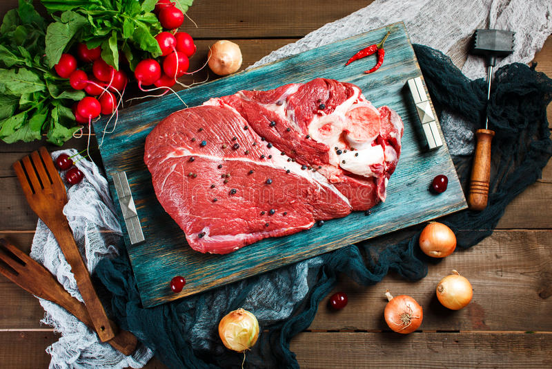 Het verse vlees van het rundvleeskalfsvlees op rustieke houten lijst stock foto