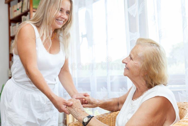 Het verstrekken van hulp en zorg voor bejaarden royalty-vrije stock foto's