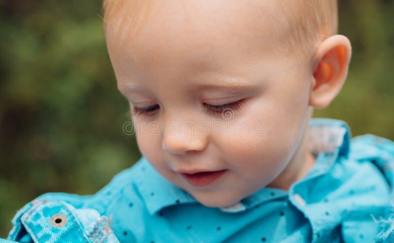 Het verstrekken van kwaliteitskinderverzorging Weinig babyspel openlucht De jongen van de baby Kleine baby op opvang Het verbeter royalty-vrije stock fotografie
