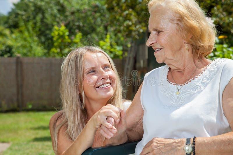 Het verstrekken van zorg voor bejaarden stock foto