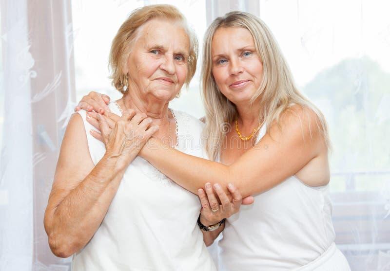 Het verstrekken van zorg voor bejaarden stock afbeeldingen