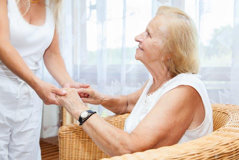 Het verstrekken van zorg voor bejaarden stock afbeelding
