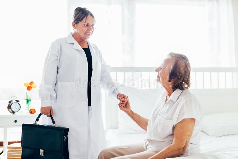 Het verstrekken van zorg voor bejaarden Arts die bejaarde patiënt thuis bezoeken stock afbeelding