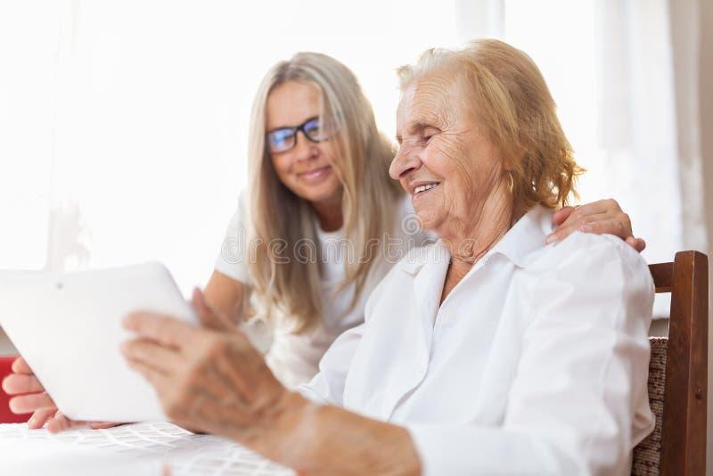 Het verstrekken van zorg voor bejaarden royalty-vrije stock afbeeldingen