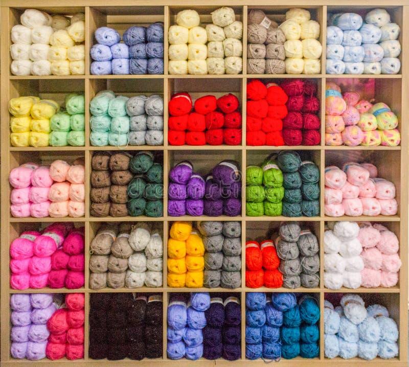 Het vertellen van een multi-coloured garen royalty-vrije stock foto's