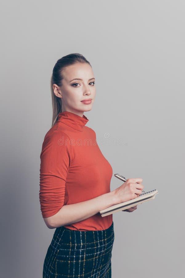 Het verticale portret van het profiel zijaanzicht van haar zij het mooie mooie aantrekkelijke aantrekkelijke vrouwelijke geconcen stock foto