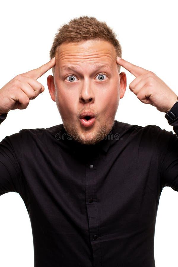 Het verticale schot van bedwelmd overweldigd geschokt jong mannetje houdt mond geopend wijd, wordt verrast en zeer emotioneel stock afbeelding