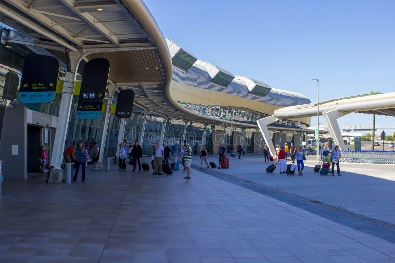 Het vertrek die bij de ultra Moderne Faro-Luchthaven in Portu bouwen royalty-vrije stock afbeelding