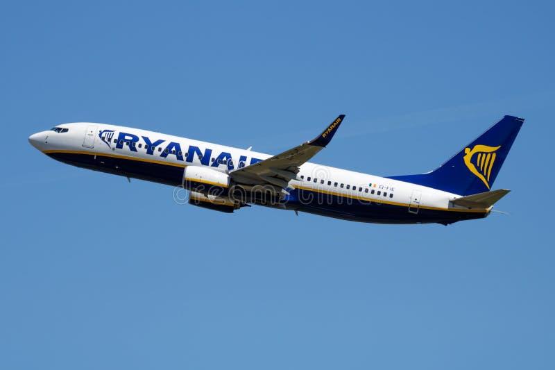 Het vertrek van het de passagiersvliegtuig van Ryanair Boeing 737-800 EI-FIE bij de Luchthaven van Madrid Barajas royalty-vrije stock afbeelding