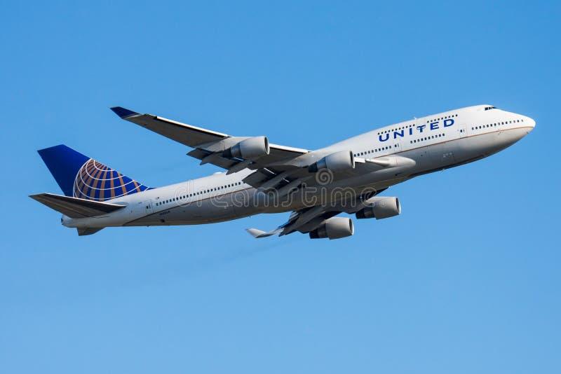Het vertrek van het de passagiersvliegtuig van United Airlines Boeing 747-400 N120UA bij de luchthaven van Frankfurt stock foto's