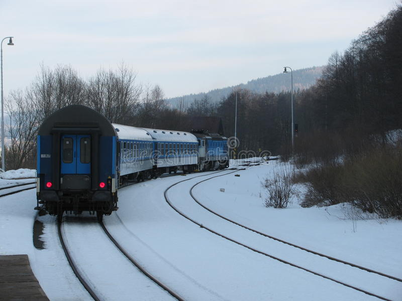 Het vertrekken trein op de sporen royalty-vrije stock foto