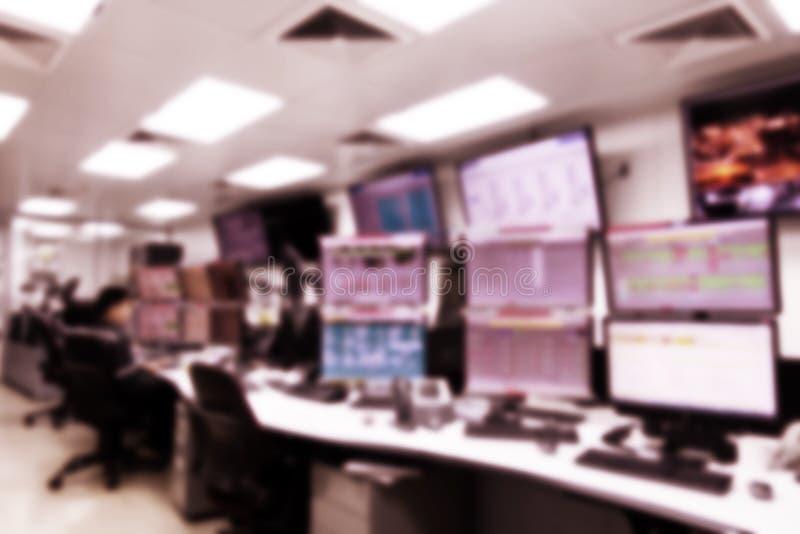 Het vertroebelen van de mens stelde installatiecontrolekamer in werking en de computermonitors voor stellen en controleren proces stock afbeeldingen