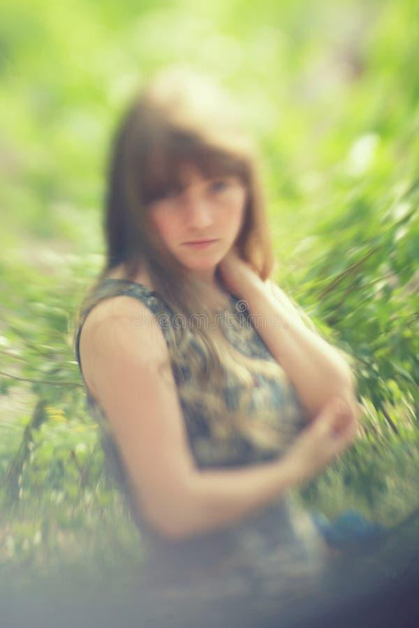 Het vertroebelen van openluchtportret van een mooie vrouw stock foto's