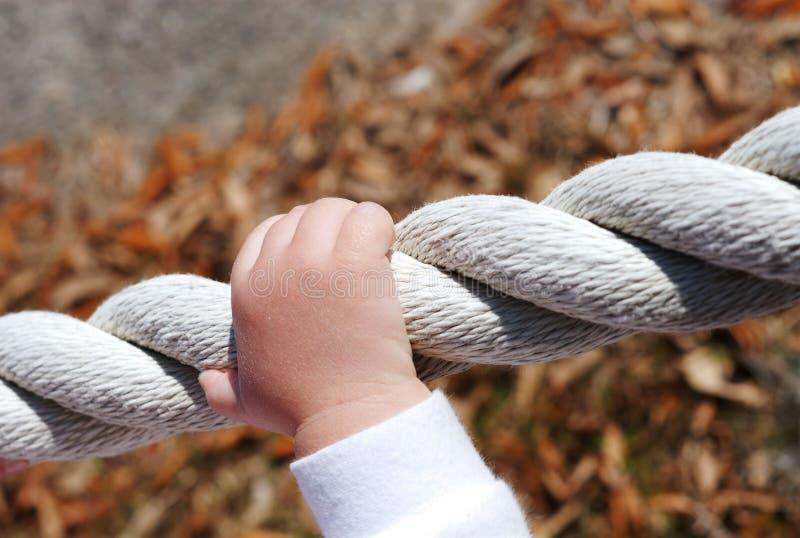 Het vertrouwen van op handen op een kabel royalty-vrije stock fotografie