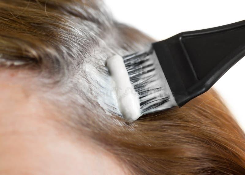 Het verven van grijs haar. royalty-vrije stock afbeeldingen