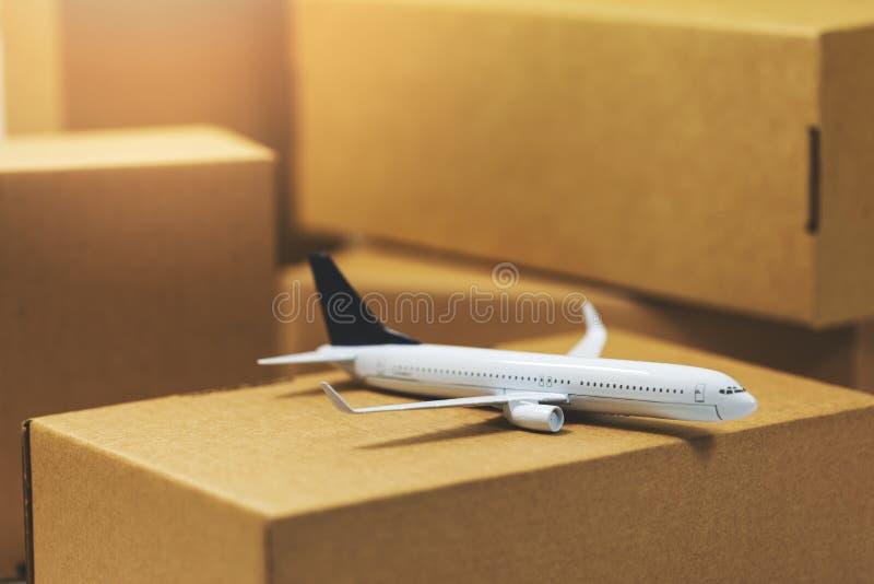 Het vervoer en de logistiek van de luchtvracht stock foto