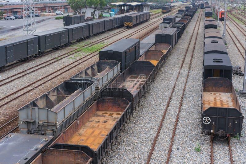 Het vervoer van de goederentreinenlading op spoorwegen die aan de gang parkeren royalty-vrije stock foto