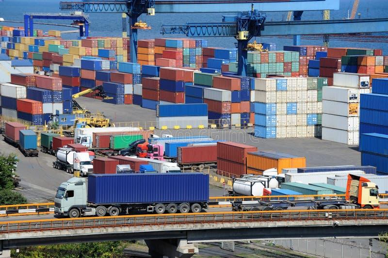 Het vervoercontainer van de vrachtwagen aan pakhuis dichtbij overzees stock afbeeldingen