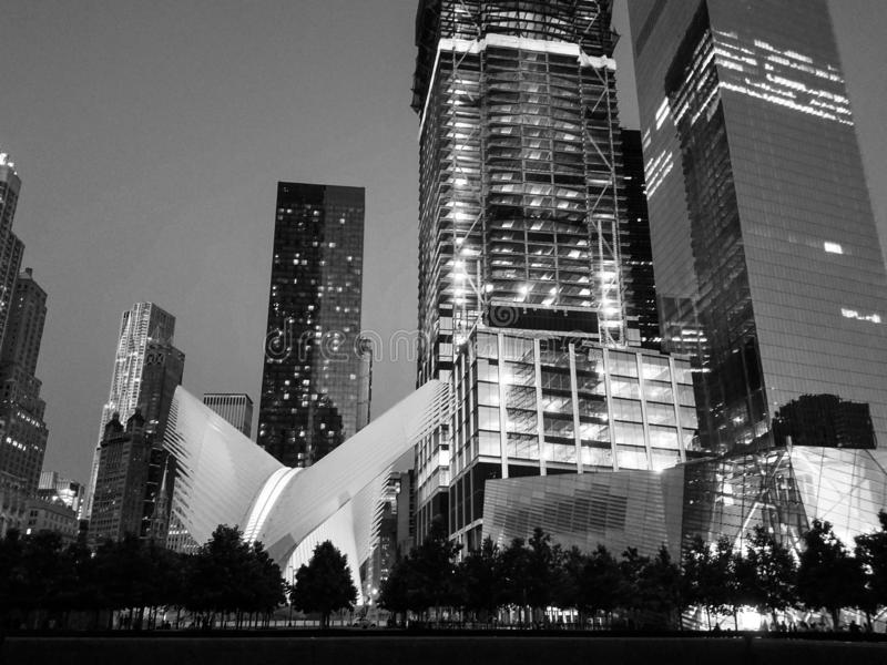 Het Vervoershub van de World Trade Centerpost WTC Westfield, Oculus en Museum 9/11, wolkenkrabbers erachter manhattan De mening v stock afbeelding