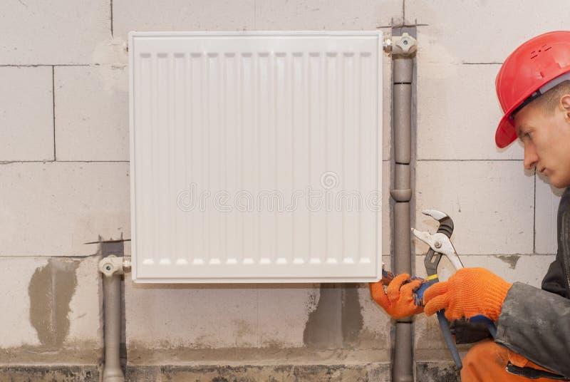 Het verwarmen radiatorinstallatie royalty-vrije stock afbeelding