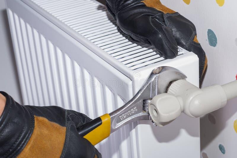 Het verwarmen radiatorinstallatie stock afbeeldingen