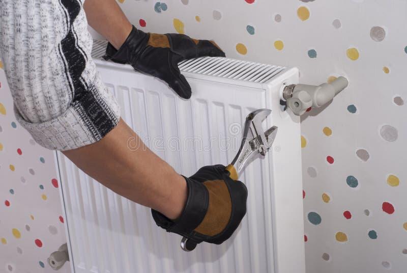 Het verwarmen radiatorinstallatie royalty-vrije stock fotografie