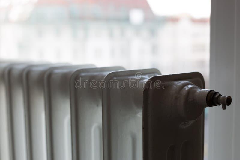 Het verwarmen van radiator onder venster royalty-vrije stock foto