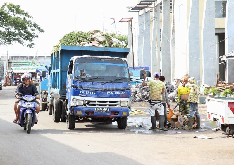 Het verwijderen van afval uit markt in Manado royalty-vrije stock foto
