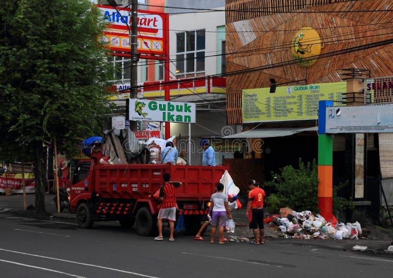 Het verwijderen van afval uit straat in Manado stock afbeelding