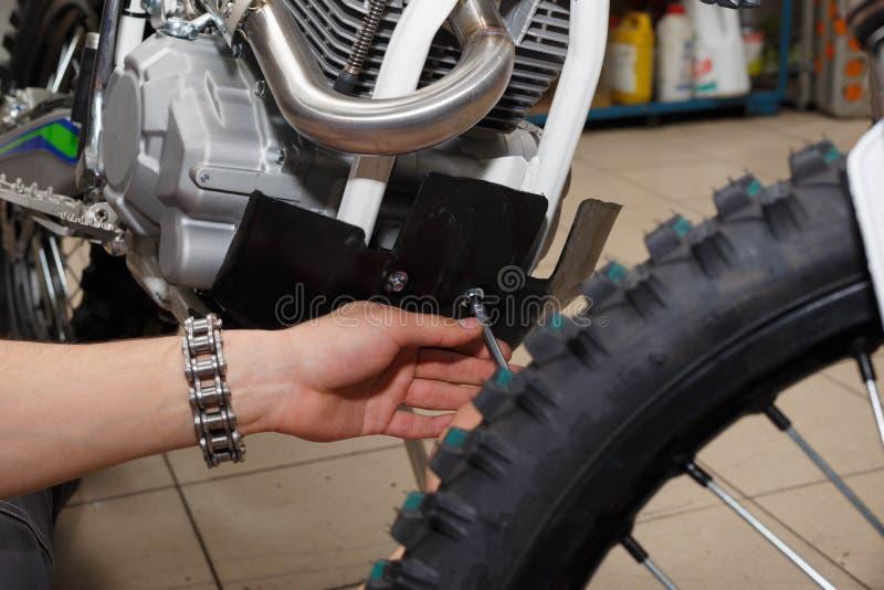 Het verwijderen van platistikovoy bescherming uit een motorfiets Reparatie, diagnostiek of defect royalty-vrije stock foto's