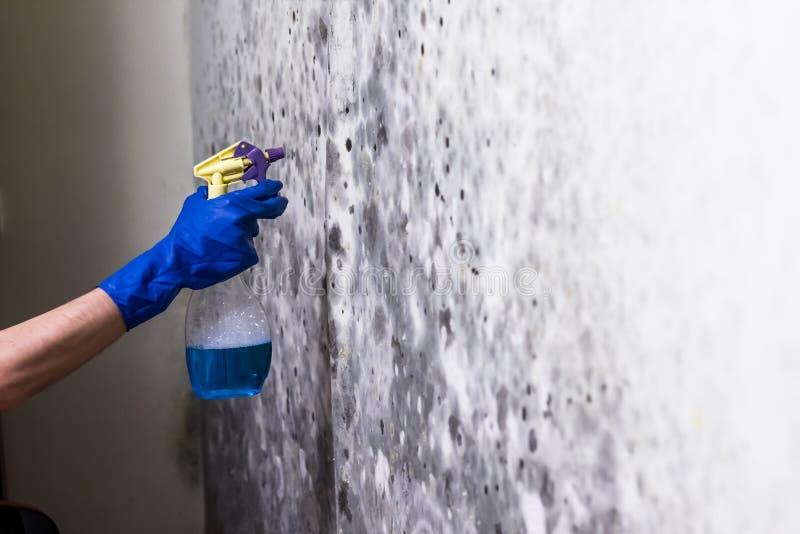 Het verwijderen van vorm op de muur in ruimte royalty-vrije stock afbeeldingen