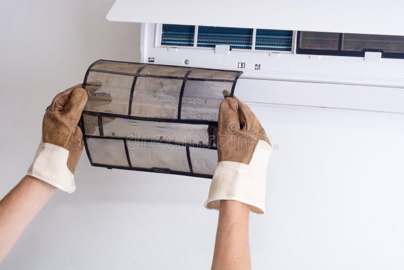 Het verwijderen van vuile airconditionerfilter royalty-vrije stock foto