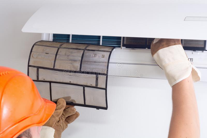 Het verwijderen van vuile airconditionerfilter stock foto's