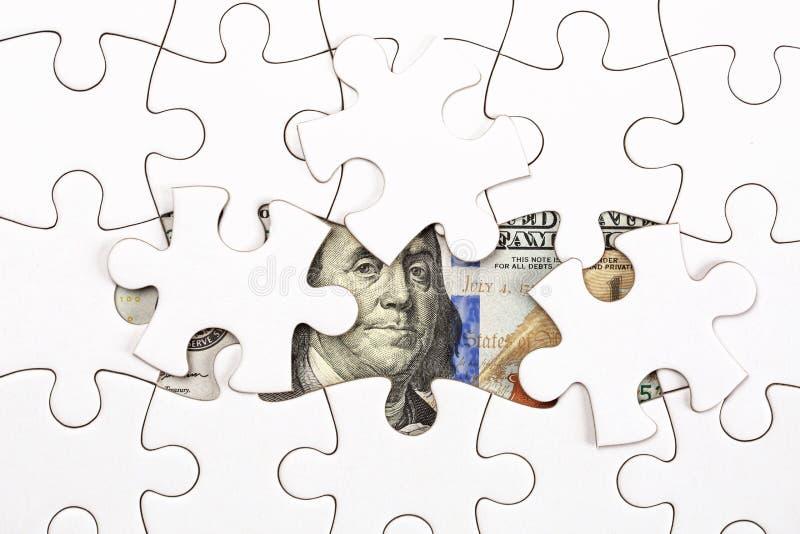 Het verzamelen van dollarbankbiljet met puzzel stock foto